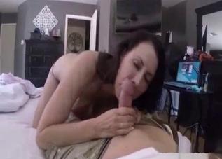 Skinny MILF worships that hot dong